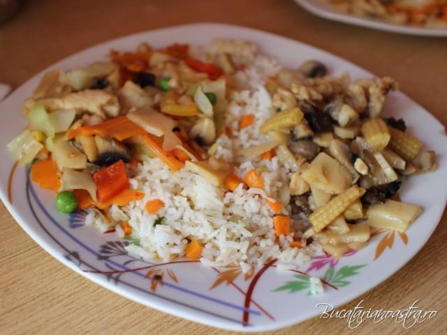 Orez cu legume si pui cu bambus, ciuperci si legume chinezesti