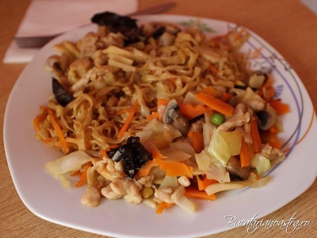 Taitei chinezesti cu pui, bambus si ciuperci si pui cu legume
