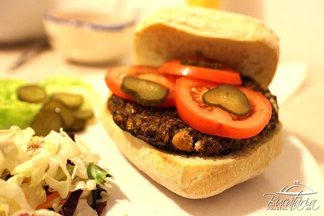 Asa arata burgerul vegetal, chiar vegan, dupa reteta noastra. Este absolut delicios!