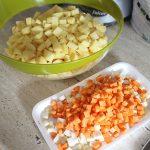 pregatim legumele pentru ciorba de cartofi cu afumatura