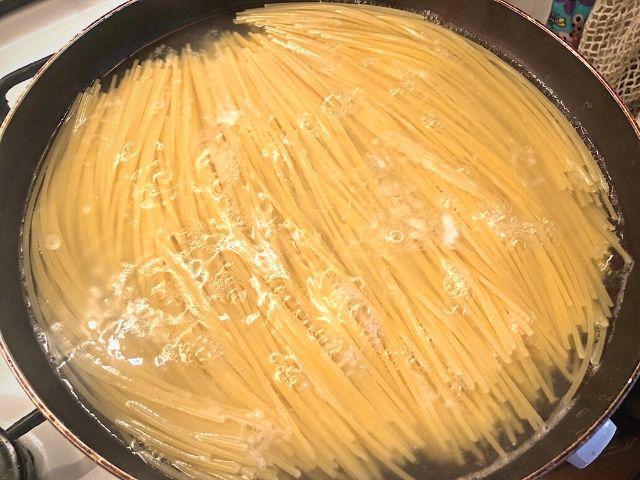 spaghete in tigaie reteta